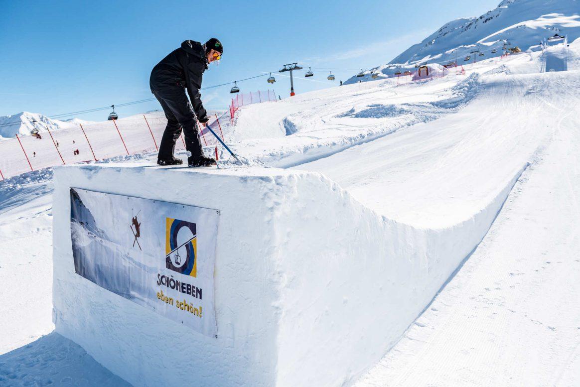 A snowpark shaper prepares Snowpark Schöneben for the Battle ROJal.